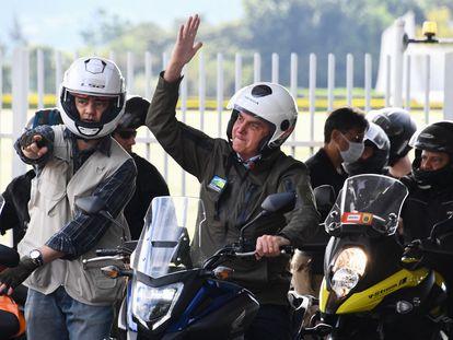 El presidente Jair Bolsonaro saluda a sus simpatizantes el domingo, en Brasilia.