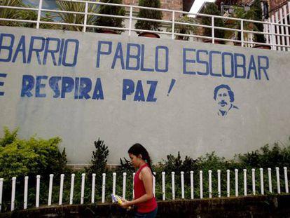 Una niña camina por el barrio Pablo Escobar en Medellín.