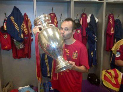 Andrés Iniesta celebra la victoria en el vestuario.