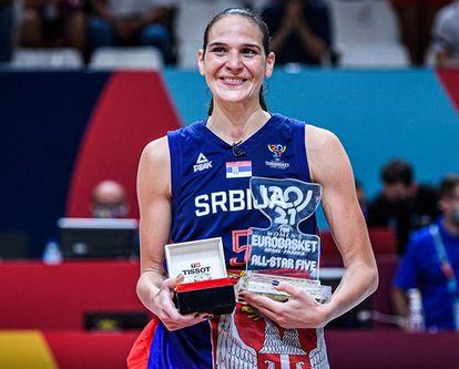 Sonja Vasic con el título de 'mvp' del Eurobasket. fiba