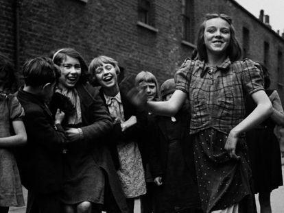 Fotografía de Bill Brandt titulada: Joven del East End bailando, marzo de 1939.