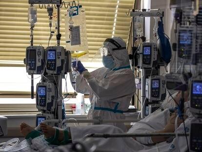 Un paciente de covid, en el hospital Gregorio Marañón de Madrid, el pasado mes de junio.