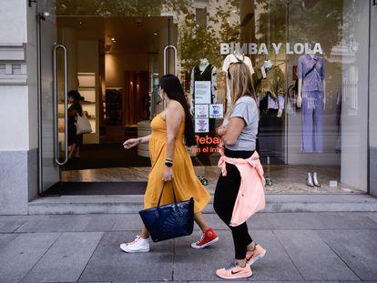 Dos mujeres pasan por delante de una tienda de Bimba y Lola, en Madrid.