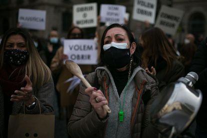 Protesta de trabajadores, en la plaza de Sant Jaume de Barcelona.