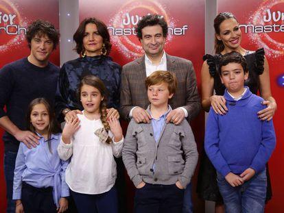 Jordi Cruz, Pepe Rodriguez Rey, Samantha Vallejo-Nagera y Eva con varios niños del programa.