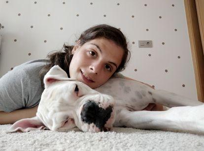 Bárbara Gómez dedica en exclusiva a impartir terapia asistida con perros y caballos a niños con dificultades.