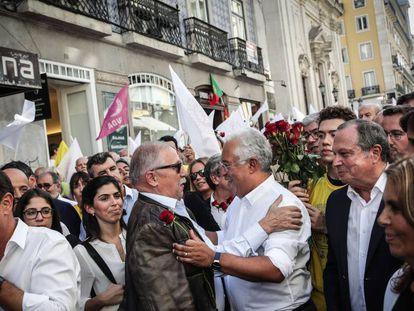 António Costa (derecha), este viernes, durante el acto final de la campaña electoral. En vídeo, el incidente de Costa con el jubilado.