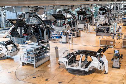 Un empleado trabaja en la línea de coches eléctricos de la planta de Volkswagen en Dresden (Alemania).