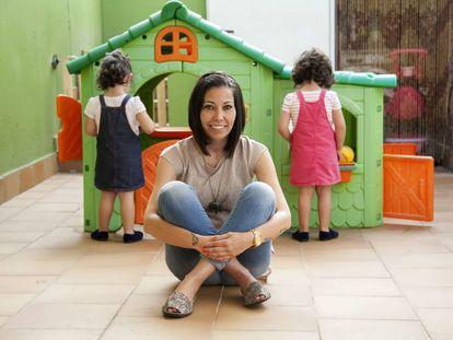 Emma Pérez, con sus hijas Olivia y Ainara detrás, en el patio de su casa de Colmenar Viejo.