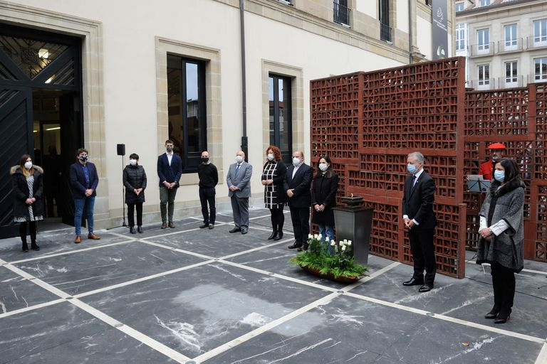 Portavoces y representantes de todos los partidos, salvo PP y VOX, guardan un minuto de silencio en recuerdo a todas las víctimas del terrorismo.
