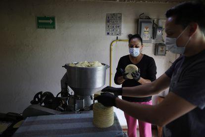 """Fernando Lozano Galicia y  Martha Hernandez Carrillo trabajan en la tortilleria   """"Tortillas La Abuela,"""" en Ciudad de México."""