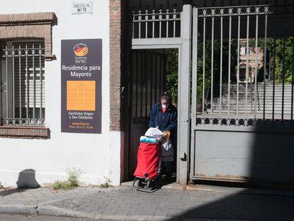 Una trabajadora protegida con mascarilla entra por la puerta de la Residencia Santísima Virgen y San Celedonio.