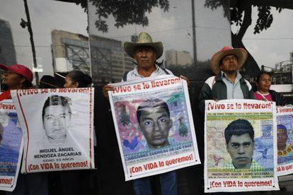 Margarito Guerrero, sostiene un cartel con la imagen de su hijo, Jhosivani, en una marcha.
