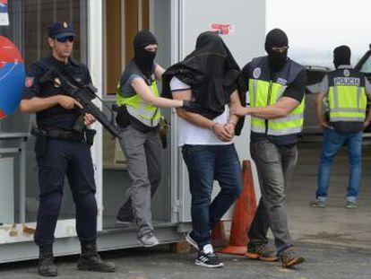 El sujeto vendía en una estación de servicio alavesa los pases para el ferry de Algeciras