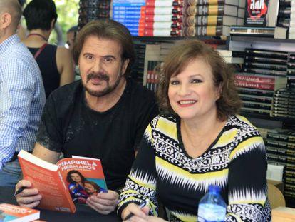El dúo Pimpinela, durante la firma de ejemplares de su libro el pasado sábado en la Feria.