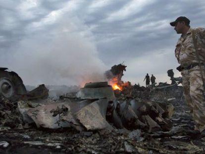 Militares entre los restos del avión derribado en Ucrania.