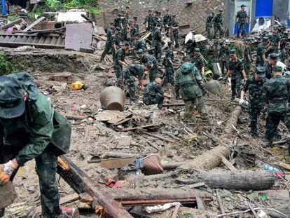 Equipos de rescate buscan supervivientes tras un deslizamiento de tierra provocado por las lluvias torrenciales del tifón Lekima, en Yongjia, Wenzhou (China). En vídeo, el tifón Lekima deja al menos 30 muertos y más de un millón de evacuados.