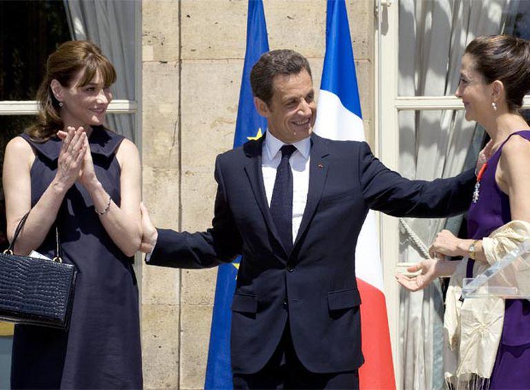 Sarkozy, entre Carla Bruni (izquierda) e Ingrid Betancourt ayer en la fiesta del 14 de julio en el Elíseo.