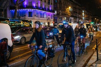 Varios ciudadanos viajan en bicicleta por París, en un archivo de imagen.