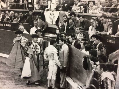 Ruiz Miguel brinda a Segura el toro de su despedida en Madrid, el 2 de octubre de 1989.
