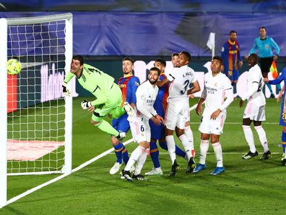 El balón se estrella en el palo tras un saque de esquina sacado por Messi, al fondo.