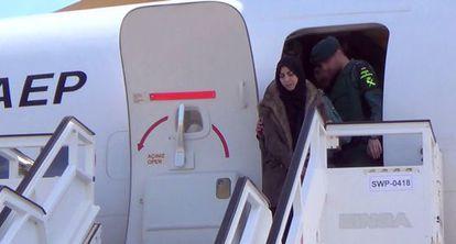Samira Yerou baja del avión flanqueada por la Guardia Civil.