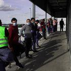 Repartidores de Amazon esperan su turno fuera del almacén de la empresa en el Polígono Industrial de Coslada, al este de Madrid.