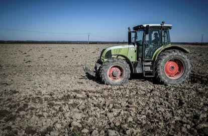 Un agricultor francés prepara su campo para la siembra en plena crisis del coronavirus