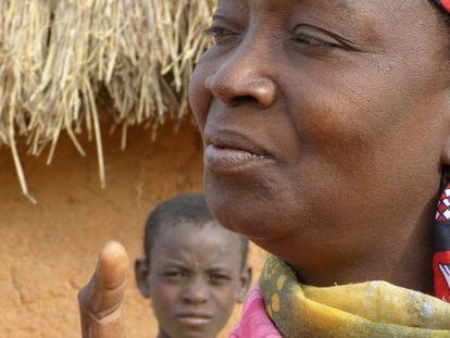 Una mujer en un poblado de Níger, frente a su cabaña.