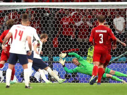 Kane marca el gol de la victoria de Inglaterra después de que Schmeichel le parara el penalti.