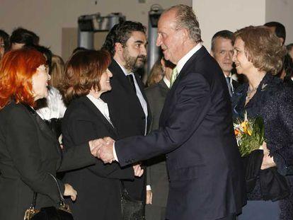 El Rey saluda a la madre de Irene Villa a su llegada al concierto homenaje a las víctimas del terrorismo.