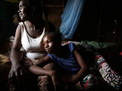Mariatu Munu, de 45 años, y su hija Adam Fofanah, de 12, son supervivientes del ébola en Sierra Leona.