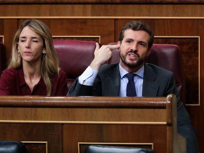 El presidente del PP, Pablo Casado, le hace un gesto a la bancada socialista, durante la intervención de la portavoz de EH Bildu en el Congreso de los Diputados, Mertxe Aizpurua, este domingo.