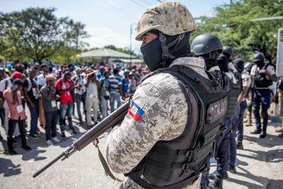 Un policía armado custodia una protesta de periodistas en Puerto Príncipe.