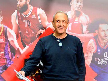 Ettore Messina posa en Colonia ante uno de los carteles de la Final Four de la Euroliga, con las imágenes de Mirotic, Datome, Clyburn y Larkin. Getty