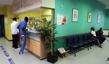 Inmigrantes en un centro de salud de Bilbao.