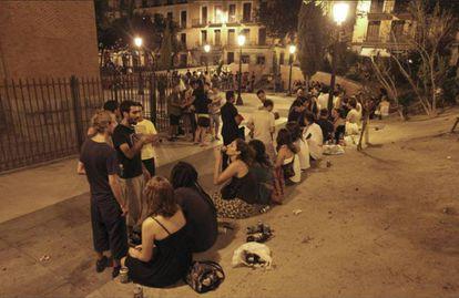 Jóvenes haciendo botellón en una plaza.