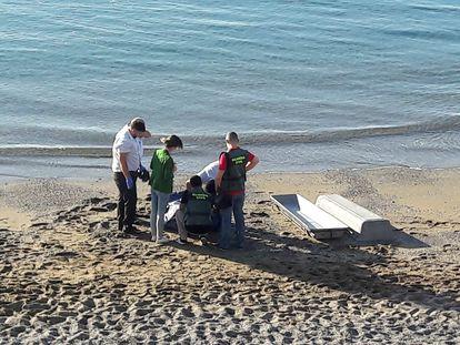 El cadáver de un inmigrante magrebí, en una playa de Ceuta tras intentar cruzar a nado la frontera entre Marruecos y España en 2019.