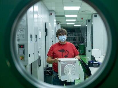 El investigador Jordi Figuerola, con una caja de mosquitos en la sede de Sevilla de la Estación Biológica de Doñana.