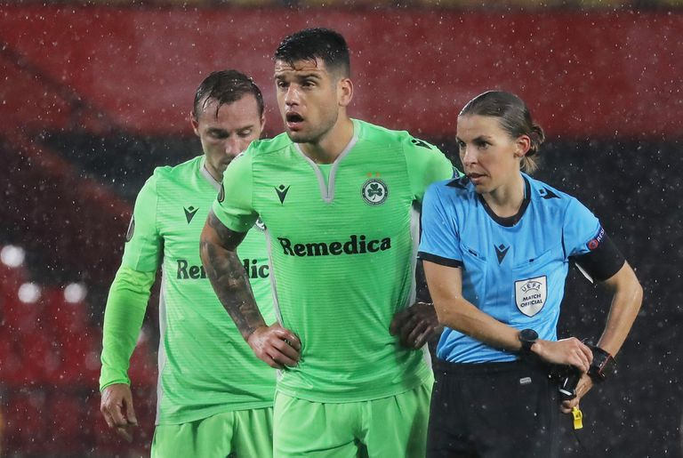 Stéphanie Frappart, en un lance del Granada-Omonia de la Liga Europa.