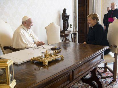El papa Francisco y la canciller alemana, Angela Merkel, durante su reunión en el Vatcano.