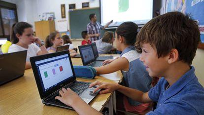 Un grupo de alumnos con ordenadores en el colegio Santa María de Valencia.