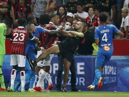 Aficionados del Niza invaden el campo y se enfrentan a los jugadores del Olympique de Marsella.