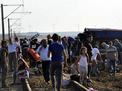Supervivientes del tren accidentado en Tekirdag (Turquía).
