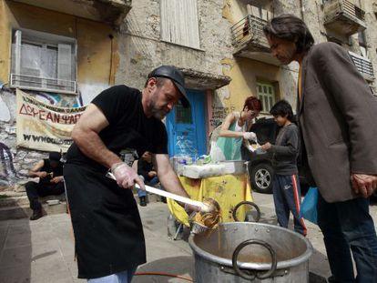 Reparto de comida a parados e inmigrantes en Atenas.