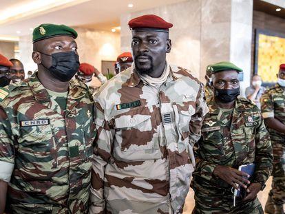 El coronel Mamady Doumbouya, en el centro, tras un encuentro con representantes de la Cedeao en Conakry el pasado 17 de septiembre.