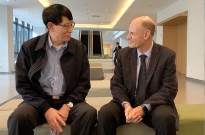 El científico chino Ji Weizhi, coautor principal del estudio, y el español Juan Carlos Izpisua.