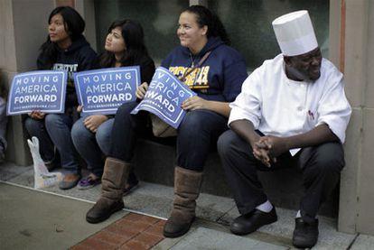 Seguidores del Partido Demócrata esperan la llegada del presidente Barack Obama a Los Ángeles.