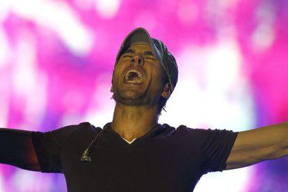 El cantante Enrique Iglesias durante el concierto en el Palau Sant Jordi de Barcelona.