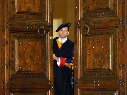 Con gritos de 'Viva el Papa' y aplausos, las puertas del Palacio de Castel Gandolfo se han cerrado a las 20,01 horas, momento en que la Guardia Suiza se ha retirado, dando por finalizado el Pontificado del cardenal Joseph Ratzinger tras 2.872 días, dos horas y 10 minutos.